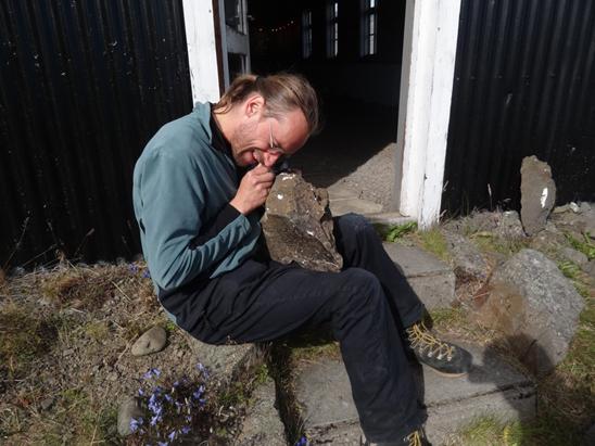 Martin, forstöðumaður Breiðdalsseturs, greinir smágerða geislasteina í holufyllingu